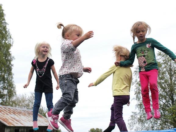 Barnen studdsar på studsmattan
